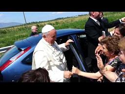 Papież zatrzymuje się, żeby pobłogosławić niepełnosprawną