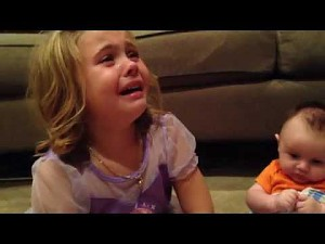 Pięciolatka załamana faktem, że jej młodszy brat będzie musiał dorosnąć...