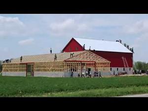 Amisze stawiają stodołę