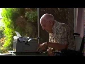 Człowiek chory na porażenie mózgowe maluje obrazy przy użyciu maszyny do pisania