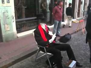 Niewidzialny człowiek na ulicy