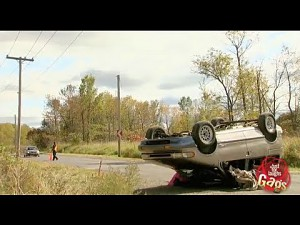 Ukryta kamera: Samochód po dachowaniu