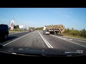 Wypadek ciężarówki z drewnem