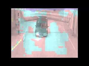 Samochód wyjeżdża z garażu