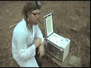 Wiadomo, że surowe jajko w mikrofalówce wybuchnie...