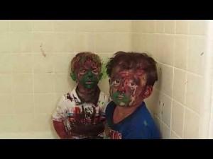 """Tata """"masakruje"""" dzieciaki, które wpadły po pomalowaniu się farbami"""