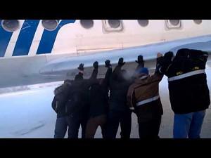 Rosyjskie linie lotnicze tu czasem to ludzie muszą pchać samolot