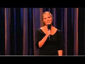 Kobieta robi śmieszny stand-up