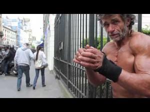 Bezdomny kulturysta z Francji