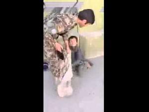 Żebrzący chłopiec inwalida zdemaskowany