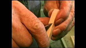 Kawałek drewna, dziesięć nacięć i otrzymujemy szczypce
