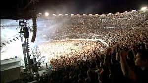 Basista Rammsteina w czasie koncertu pływa pontonem po publiczności