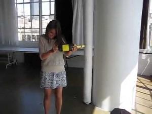 Farbowana brunetka odpala konfetti