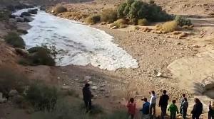 Koryto rzeki okresowej Zin wypełnia się wodą po ulewach