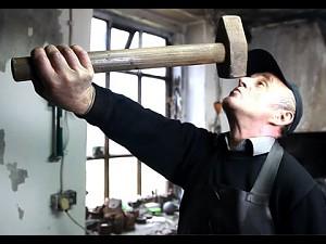 Człowiek, który pracuje w ogniu żelaznych zasad