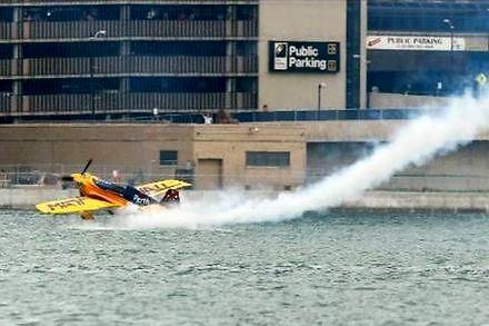 Pilot Red Bull Air Race o mało nie rozbił samolotu o wodę