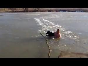 Człowiek-lodołamacz ratuje swojego psa