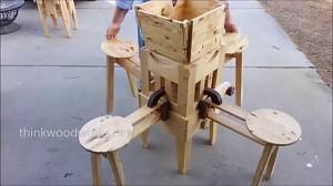 Ciekawy drewniany rozkładany stolik