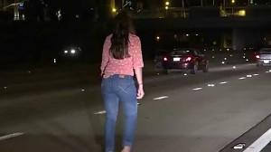 Pijana kobieta biega w szpilkach po autostradzie