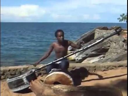 Muzyka na dziwnym instrumencie z Malawi