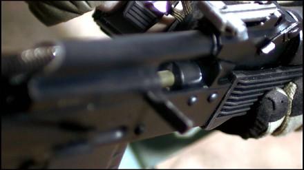 Tak wygląda strzelanie z karabinu AK74 w zwolnionym tempie