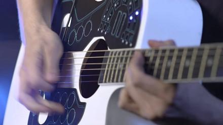 Gitara akustyczna z bezprzewodowym kontrolerem MIDI