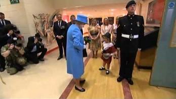 Zapomniała zdjąć kapelusz przed Królową