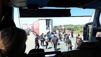 Afrykańscy imigranci szturmujący port Calais widziani z autokaru