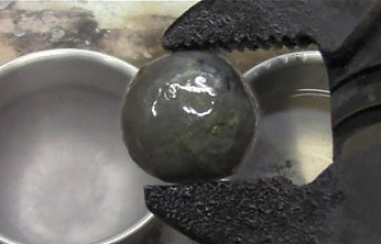 Zmrożona niklowa kulka