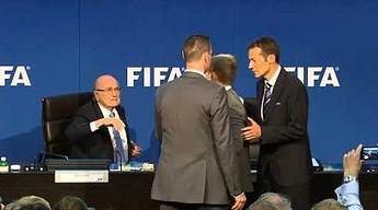 Sepp Blatter obrzucony banknotami