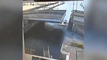 Holenderski kierowca próbuje przeskoczyć most zwodzony