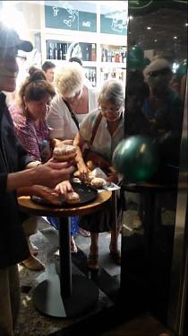Walka o darmowe pączki na otwarcie galerii