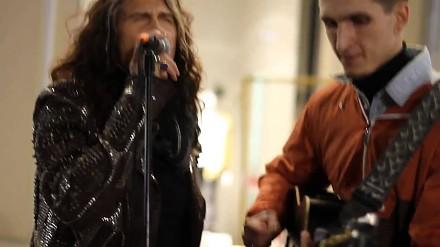 Steven Tyler śpiewa z ulicznym grajkiem