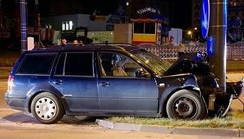 Pijany kierowca uderza w słup - film z monitoringu