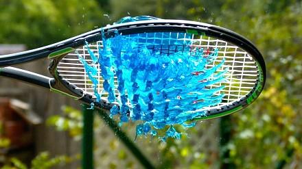 Galaretka i rakieta tenisowa w zwolnionym tempie