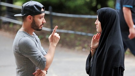 Kobiety bić nie można, ale muzułmankę już tak? Zobacz jak przebiegł ten społeczny eksperyment