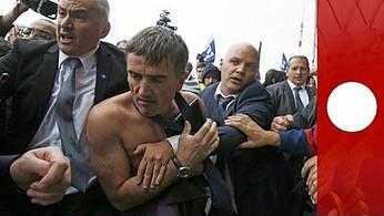 Strajk w Air France. Dyrektorzy musieli uciekać przed rozwścieczonym tłumem przez płot