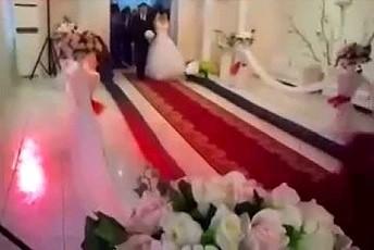 Młoda para wchodzi na salę weselną w wielkim stylu