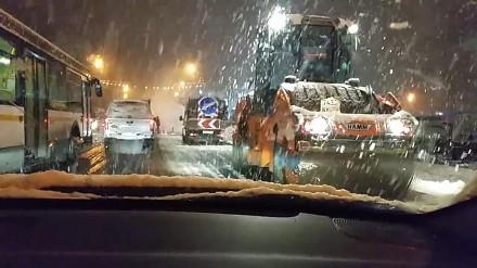 W Rosji nawet śnieg nie jest przeszkodą przed laniem asfaltu