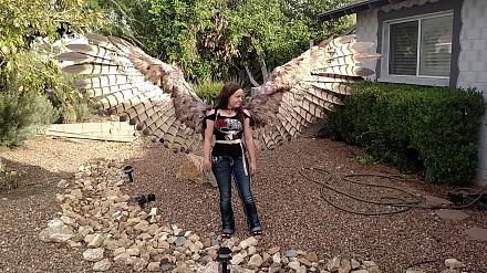 Pneumatycznie rozwijane skrzydła w ludzkich rozmiarach - imponujący strój na Halloween