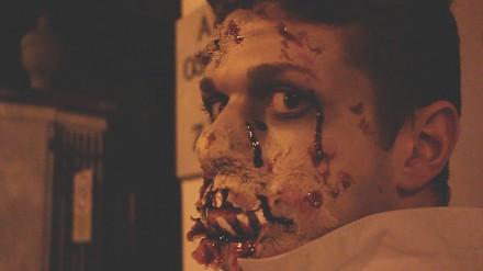 Zombie z łopatą zaczepia przechodniów
