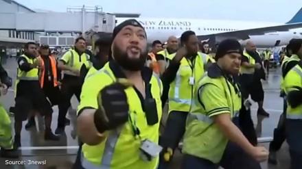 Haka w wykonaniu pracowników lotniska w Auckland