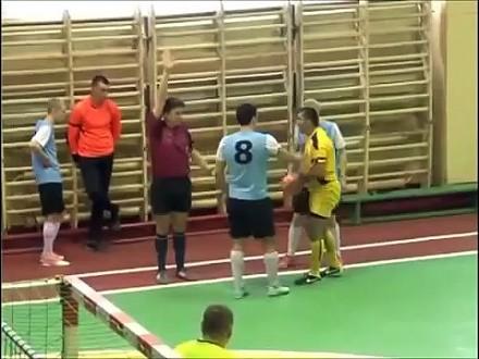 Rosyjski piłkarz rewanżuje się sędziemu za czerwoną kartkę