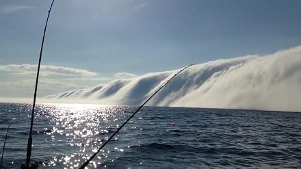 Potężna fala mgły nad jeziorem Michigan