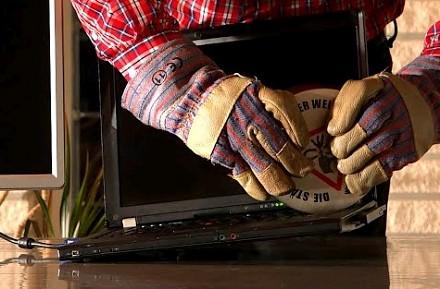 Gigantyczny magnes neodymowy kontra laptop
