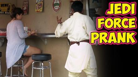 Rahat bawi się w Jediego w budce z hot-dogami