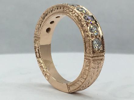 Jak powstaje złoty pierścionek wysadzany diamentami?