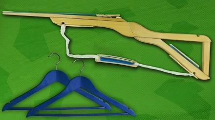 Jak stworzyć z dwóch wieszaków drewnianą broń?