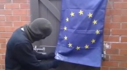 Przeciwnik UE próbuje demonstracyjnie spalić flagę unii i kończy sie kompromitacją