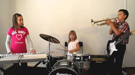 6-letnia perkusista wymiata w coverze 7 Nation Army